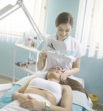Косметолог общается с клиентом
